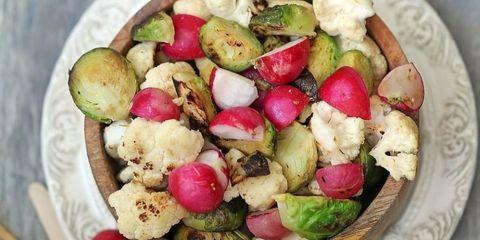 receta asado de coles de bruselas, coliflor y rábanos
