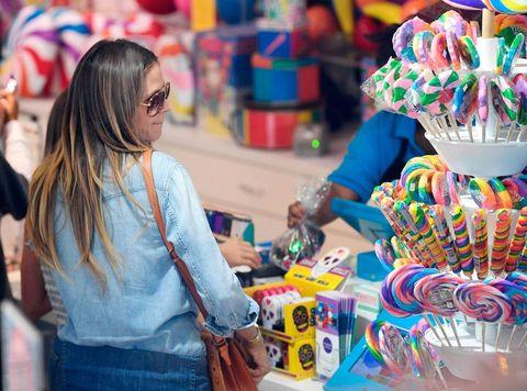 Heidi Klum en una tienda de caramelos con sus hijos