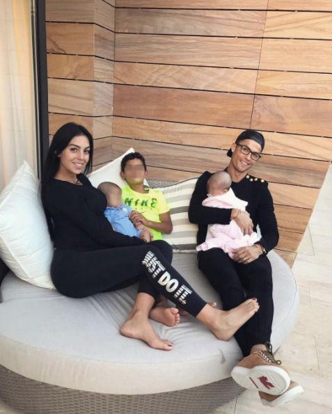 Cristiano Ronaldo con su novia Georgina y sus tres hijos