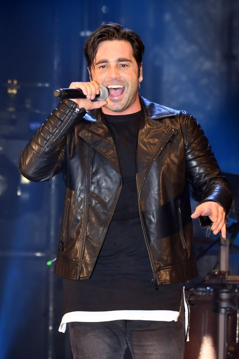 Performance, Entertainment, Music artist, Singer, Singing, Leather, Performing arts, Jacket, Musician, Leather jacket,