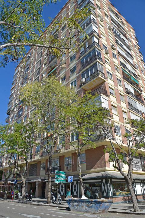 Building, Residential area, Neighbourhood, Condominium, Metropolitan area, Mixed-use, Architecture, Property, Apartment, Urban design,