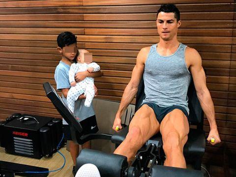 Cristiano Ronaldo entrenando delante de sus hijos Cristiano Jr. y Mateo