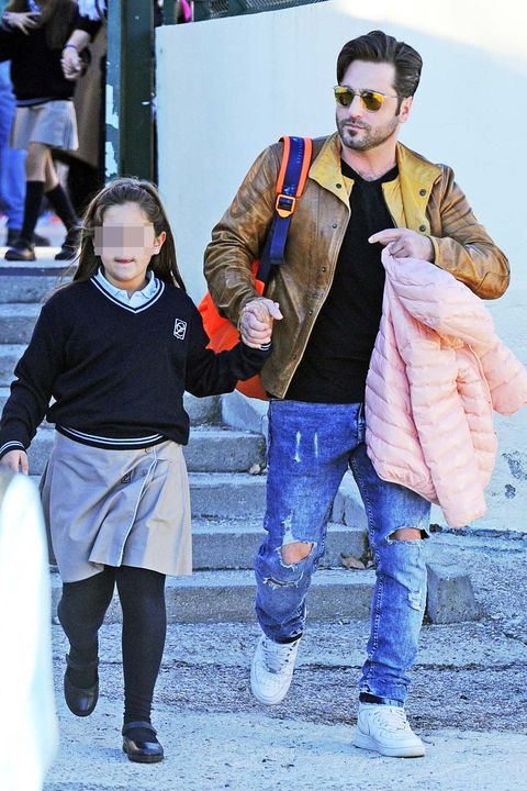 David Bustamante recoge a su hija Daniella en el colegio.