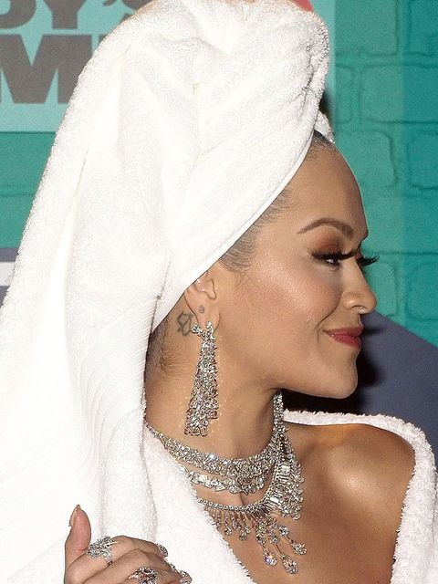 Hair, White, Beauty, Eyebrow, Lip, Skin, Forehead, Tradition, Headgear, Turban,