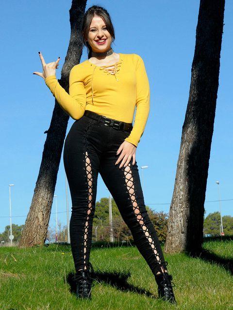 Thigh, Yellow, Clothing, Leg, Leggings, Spandex, Long hair, Jeans, Footwear, Black hair,