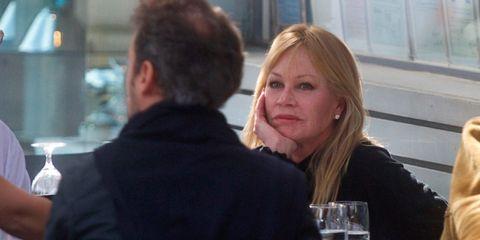 Melanie Griffith de comida con unos amigos en Los Angeles