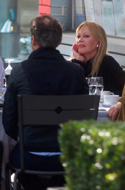 Melanie Griffith de comida con amigos