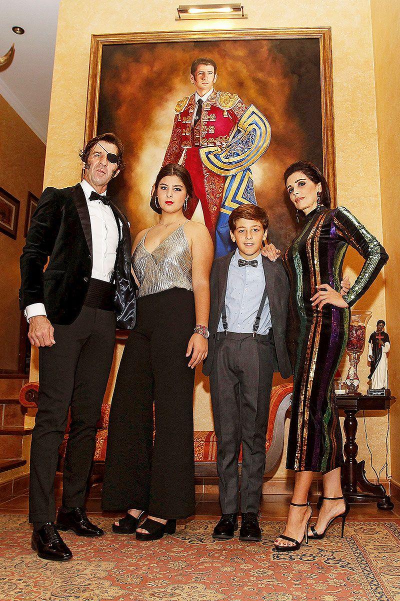 Juan José Padilla posa con su mujer y sus hijos en su casa