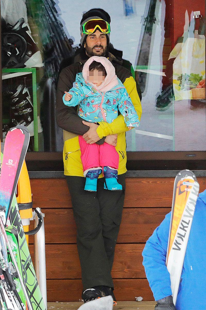 Melendi haciendo snow con su mujer y su hija