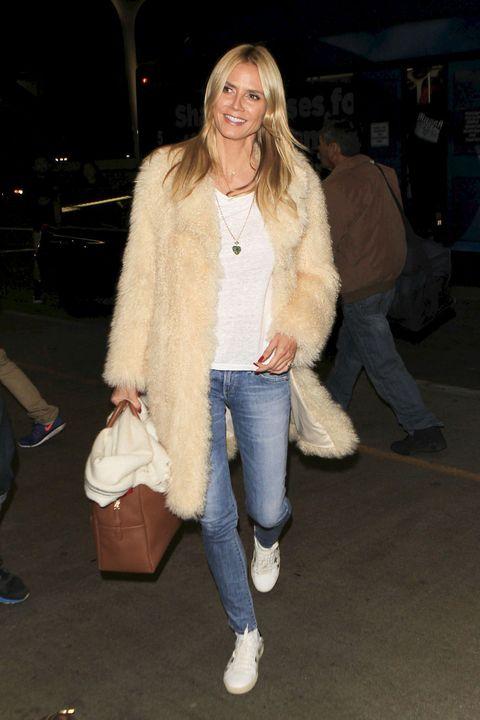 Heidi Klum con abrigo de pelo y vaqueros