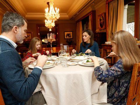 El rey Felipe almuerza con sus hijas Leonor y Sofía, y la reina Letizia en su residencia oficial