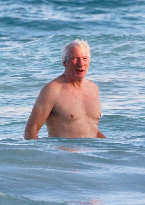 Richard Gere bañándose en las aguas de Tulum en México