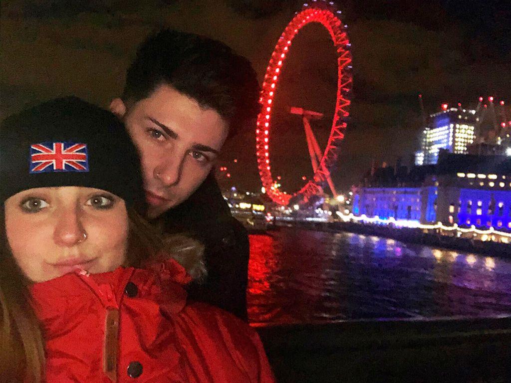 Rocío Flores Carrasco y su novio Manuel en Londres
