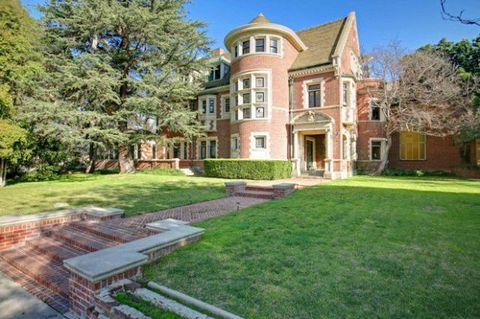 Property, Real estate, Building, House, Land lot, Garden, Residential area, Home, Facade, Villa,