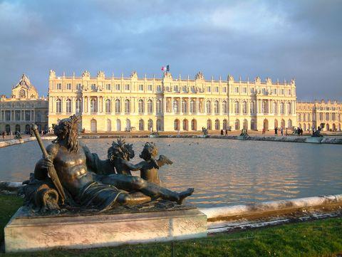 Sculpture, Landmark, Palace, Facade, Bronze sculpture, Classical architecture, Water feature, Nonbuilding structure, Town square, Monument,