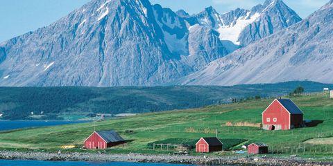Mountainous landforms, Natural landscape, Mountain range, Highland, House, Landscape, Rural area, Mountain, Arête, Slope,