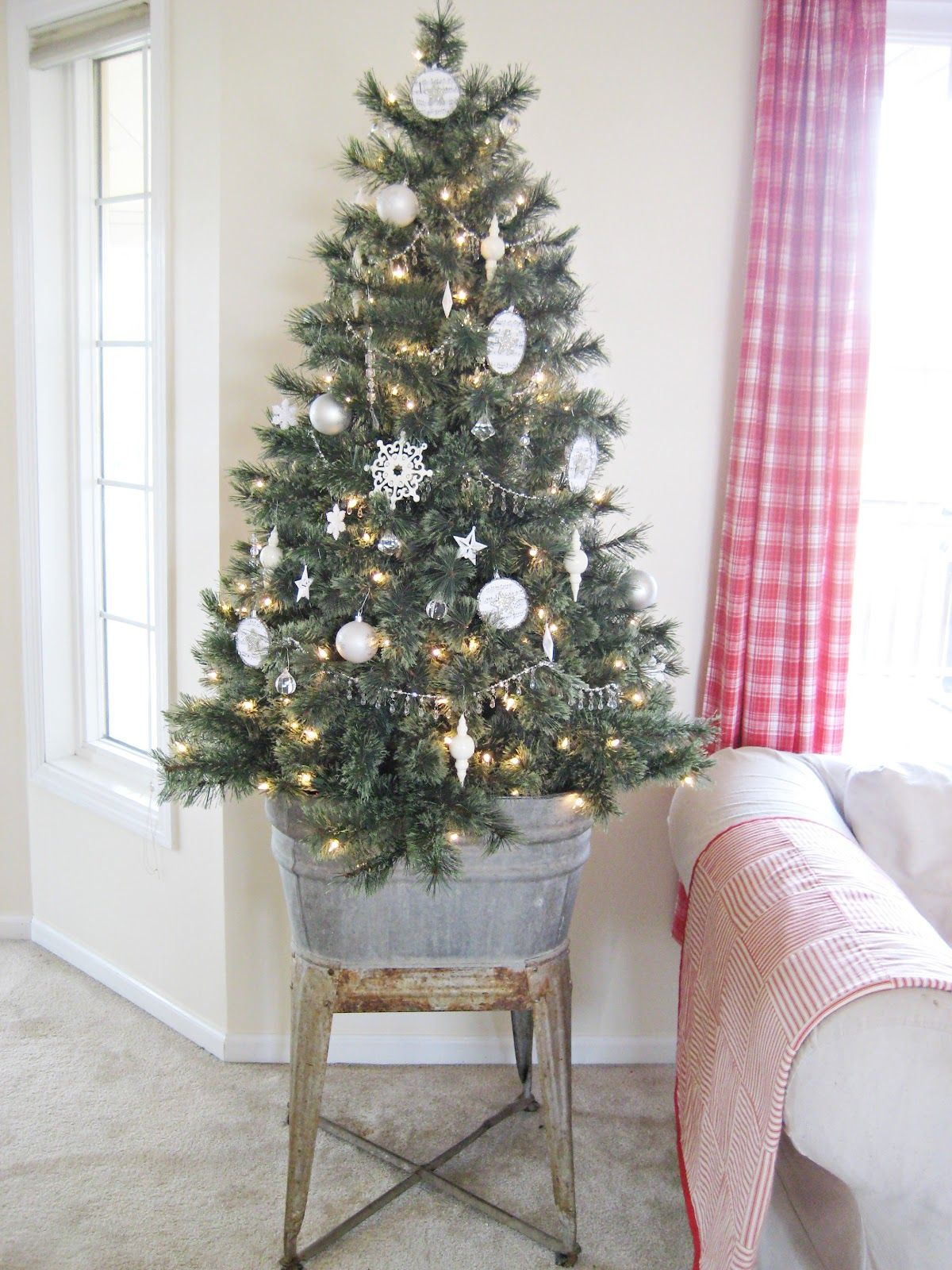 Christmas tree ideas for small spaces - 20 Best Holiday Decorating Ideas For Small Spaces Christmas Decor For Small Space Living
