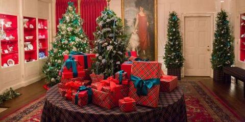 Christmas decoration, Tablecloth, Interior design, Event, Lighting, Room, Red, Christmas ornament, Textile, Christmas tree,