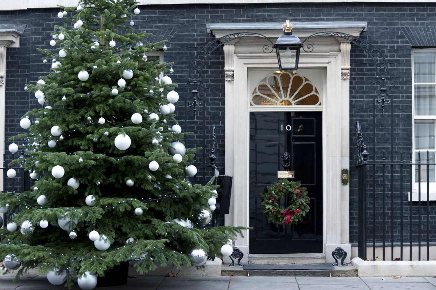 10 outdoor christmas decoration ideas stylish outside christmas decorating for your yard