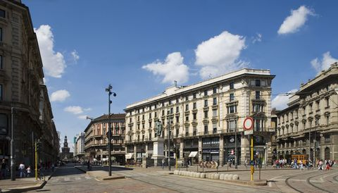Cloud, Architecture, Town, City, Public space, Street, Road surface, Landmark, Town square, Mixed-use,