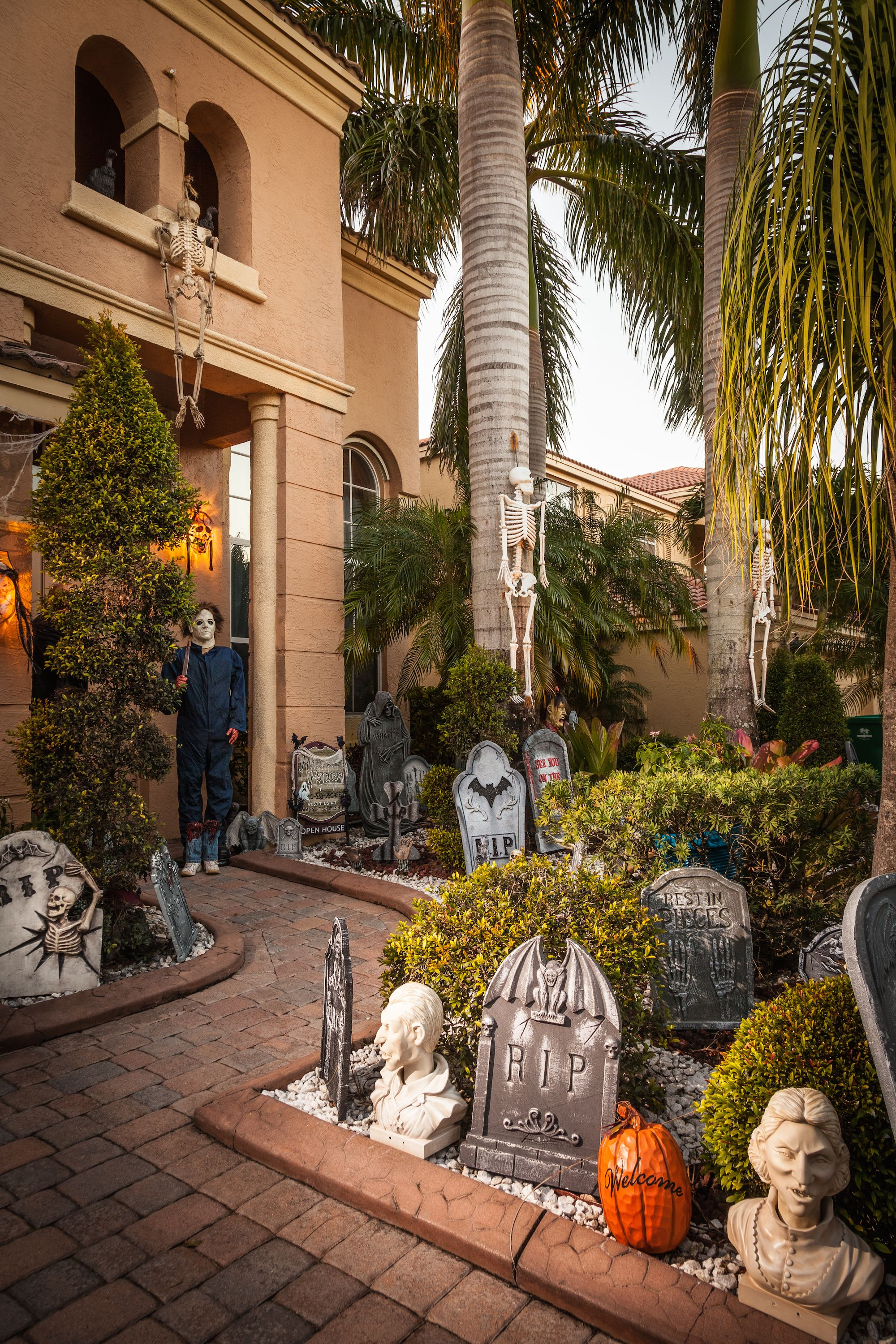 10 Best Outdoor Halloween Decorations - Porch Decor Ideas for ...