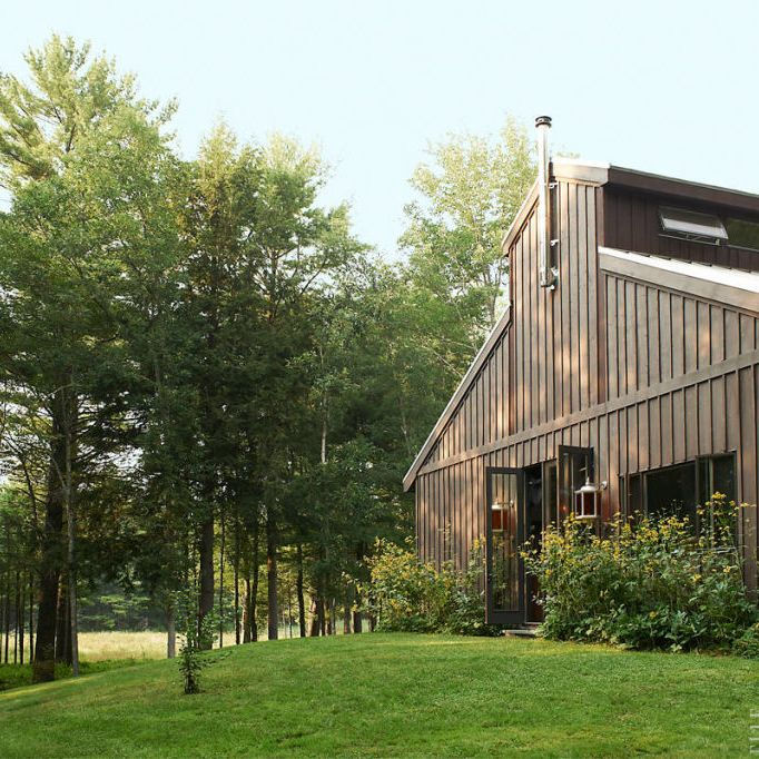 "Architect Antonio Viola designed <a target=""_blank"" href=""http://www.elledecor.com/design-decorate/house-interiors/g1006/house-tour-drut/"">Benoist Drut's house in upstate New York</a>, which is clad in stained cedar board and batten&#x3B; the mid-20th-century lanterns are American."