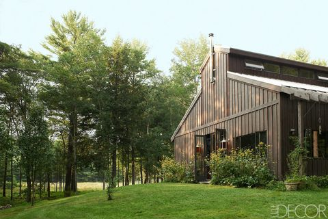 "Architect Antonio Viola designed <a target=""_blank"" href=""http://www.elledecor.com/design-decorate/house-interiors/g1006/house-tour-drut/"">Benoist Drut's house in upstate New York</a>, which is clad in stained cedar board and batten; the mid-20th-century lanterns are American."