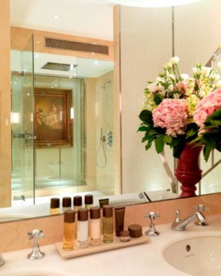 Interior design, Bathroom sink, Property, Room, Glass, Plumbing fixture, Liquid, Bouquet, Interior design, Sink,