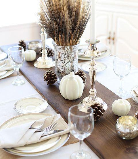 Serveware, Dishware, Tablecloth, Table, Tableware, Linens, Cutlery, Stemware, Kitchen utensil, Home accessories,