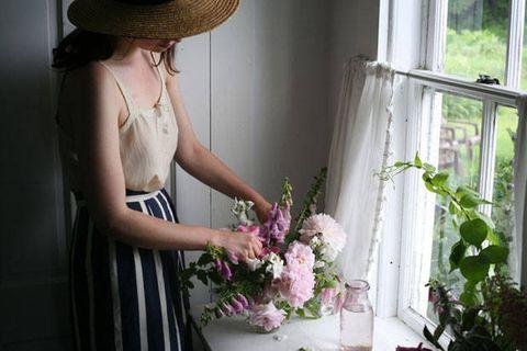 Clothing, Hat, Human body, Dress, Shoulder, Bouquet, White, Petal, Formal wear, Headgear,