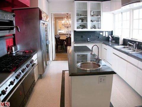 Major appliance, Room, Home appliance, Kitchen, Kitchen appliance, Kitchen stove, Interior design, Gas stove, Floor, Plumbing fixture,