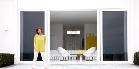 fashion designer lisa perry stripped her familys florida getaway to its pure white essence then filled it with the bright colors and bold artworks she