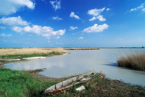 Body of water, Natural landscape, Natural environment, Water resources, Cloud, Waterway, Wetland, Bank, Marsh, Coastal and oceanic landforms,