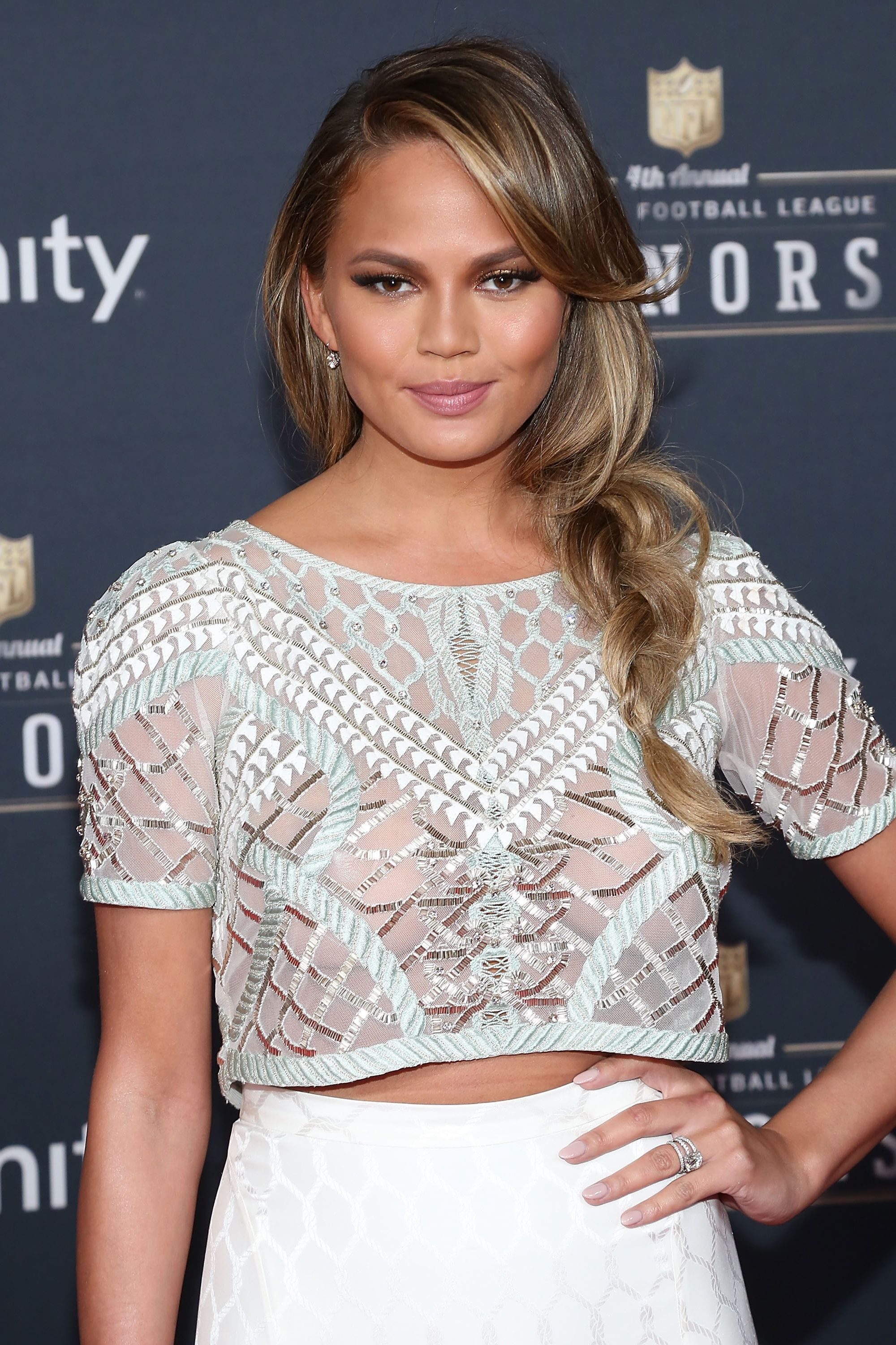 Chrissy Teigen showed up at the&nbsp&#x3B;2015 NFL Honors pre–Super Bowl&nbsp&#x3B;event&nbsp&#x3B;wearing a loose sideswept braid that would work just as well at the game as it would on&nbsp&#x3B;the red carpet.&nbsp&#x3B;