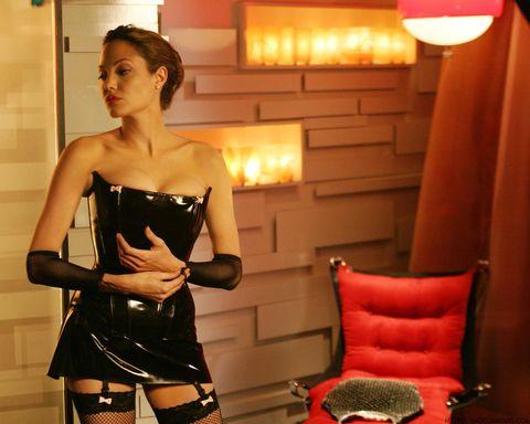 Анджелина Джоли носеше костюмирана рокля от латекс, което я превърна в най-добрата фатална жена, сякаш това не беше установено преди. Вдъхновеният от доминатрицата ансамбъл, пълен с чорапогащници в мрежа, беше причудливо омекотен от пастелни розови лъкове. Джоли се влюби в Брад Пит на снимачната площадка - и да, така започна един от най-великите романи на всички времена. Бихме искали да мислим, че това облекло има нещо общо с него.