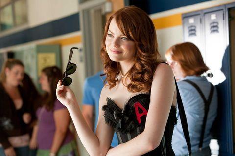 Ема Стоун, в ролята си на девствена Olive Penderghast, решава да възприеме новата си репутация, предизвикана от слухове като училищен скитник, като носи черен дантелен бюстие с алено A на гърдите, в знак на почит към <em> The Scarlet Letter </ em >. Човек се чуди какво е било по-скандално - да носиш бельо като горно облекло в гимназията или да носиш алено писмо. Така или иначе, горната част на бюстието символизира отказа на Пендъргаст да се превърне в стенно цвете - ако хората искат да говорят за сексуалния й живот, тя също ще облече & nbsp; частта.