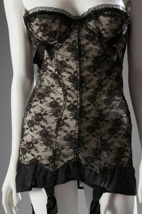 Корсетите, предназначени да се носят под & nbsp; вечерни рокли, обикновено бяха без презрамки & nbsp; и имаха чаши под конец за подобряване на гърдите. <em> Мари Роуз Лебигот & nbsp; за Лили от Франция Корселет / дантела, найлон, ластик, около 1954 г., САЩ </em> <! - EndFragment -> <! - EndFragment ->
