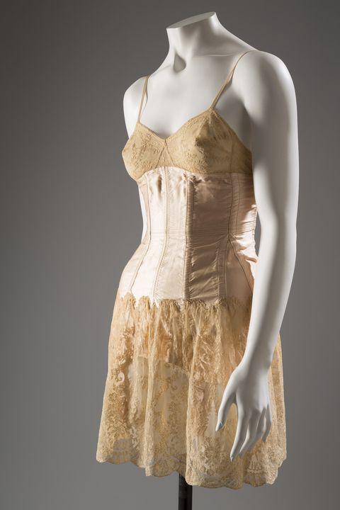 Докато & nbsp; модни дизайнери като Пол Поаре и Мадлин Вионе променяха & nbsp; идеалната форма на тялото на жената от пясъчен часовник в момчешко и изправено, бельото, носено отдолу, също трябваше да се промени. Само си представете популярната рокля с флапер: Вече нямаше нужда от тесни корсети и бельото трябваше да бъде конструирано, за да бъде възможно най-невидимо. Плъзгащи се фишове, дълги и къси, бяха & nbsp; носени под тези & nbsp; тръбни рокли. <em> Paquin Slip / Silk & nbsp; Шифон, дантела Alencon, около 1930 г., Франция </em> <! - EndFragment -> <! - EndFragment ->