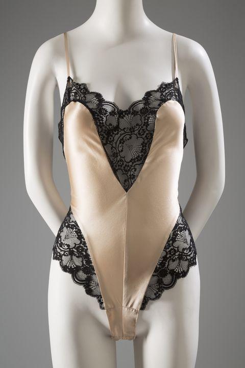 Едно парче мече се препоръчва за дрехи за сън през 80-те години. Освен това класическите стилове бельо стават отново популярни, след като излизат от мода през мода 1960-те. Жените в кариерата, които носеха вдъхновени от мъжки костюми мощни костюми с гигантски подплънки за работа, често носеха секси, дантелено бельо като & nbsp; напомняне за своята женственост. <em> Patricia FieldwalkerTeddy / Silk Charmeuse, Lace, ca.1988, USA </em> <! - EndFragment -> <! - EndFragment ->