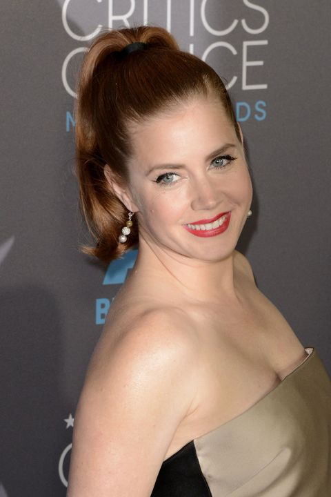 Instead oflush waves worn down, the typical glamgo-to, Amy Adams optsfor a sleek and bouncy pony with waves of its own.