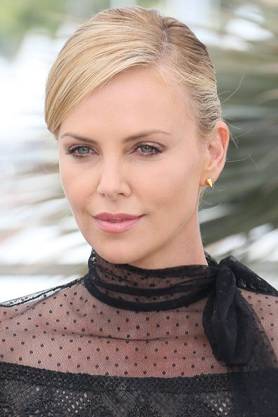 Theron looked stunning yet natural with a soft pink lip and subtle eye shadow.