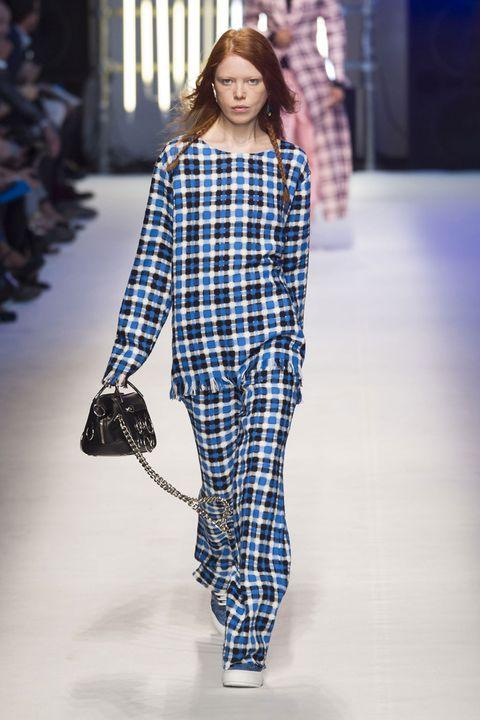 Blue, Shoulder, Pattern, Fashion show, Style, Fashion model, Bag, Street fashion, Electric blue, Fashion,