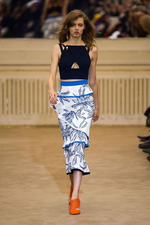 Brown, Fashion show, Shoulder, Human leg, Joint, Runway, Waist, Style, Street fashion, Fashion model,