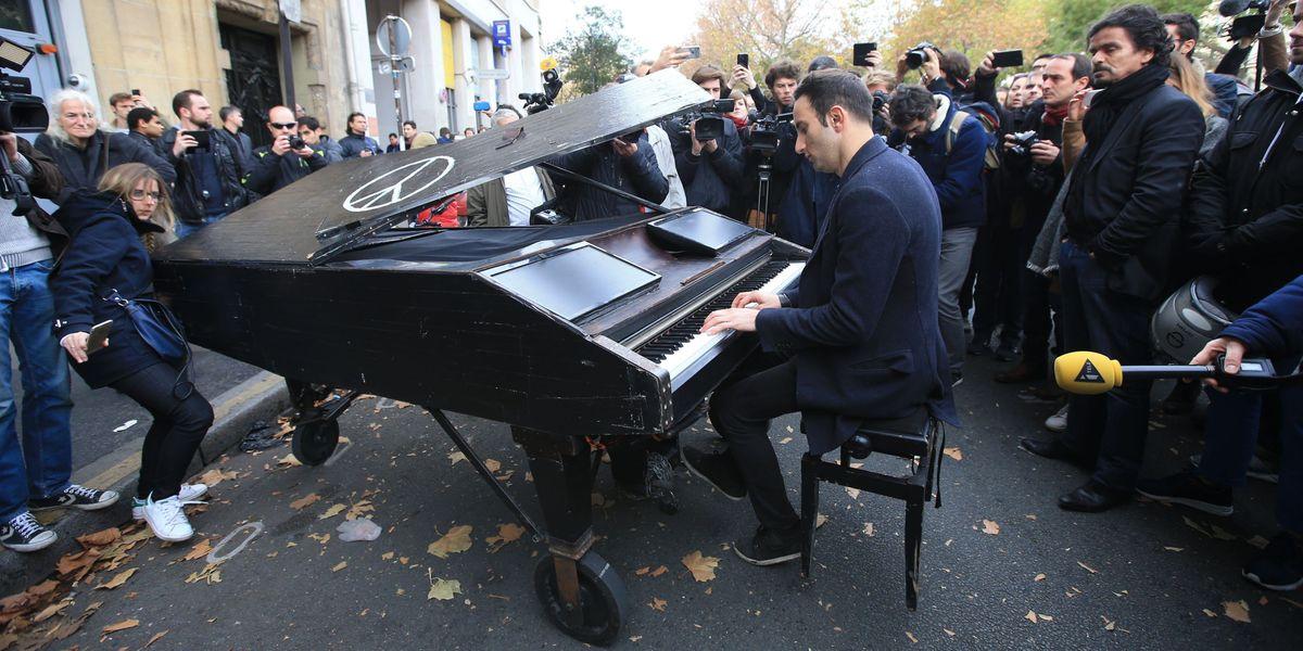 Pianist Plays Cover of John Lennon's 'Imagine' Outside ...