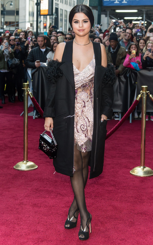 Selena gomez black dress red carpet