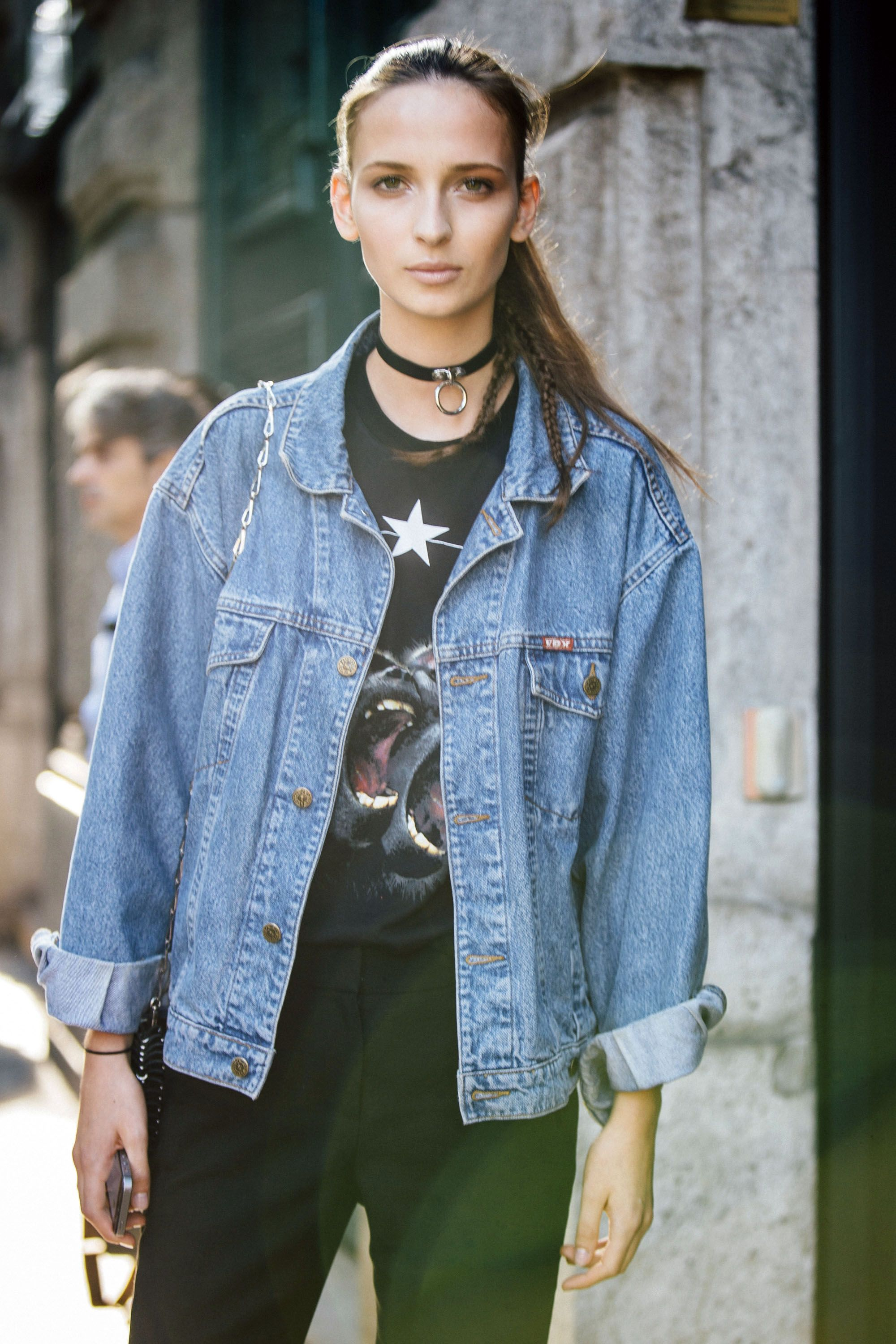 <p>Even a basic denim jacket and t-shirt are upgraded with Kendall's fave necklace. </p>