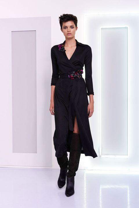 Sleeve, Shoulder, Joint, Standing, Waist, Style, Fashion show, Fashion model, Knee, Fashion,