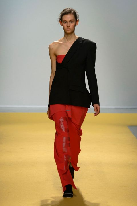 Lip, Sleeve, Shoulder, Joint, Standing, Flooring, Floor, Waist, Style, Fashion show,