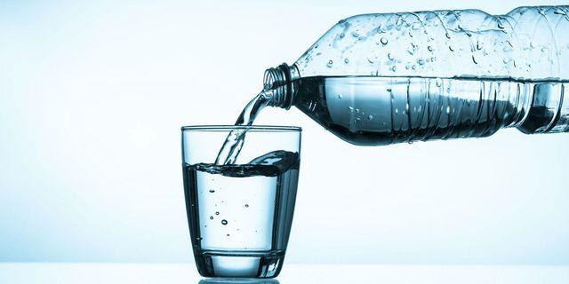 flaša i čaša sa vodom