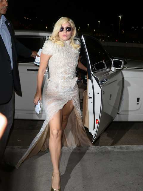 b7dc032b5108 Weird Celebrity Airport Outfits - Celebs Travel Style